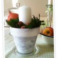 Einen alten Blumentopf mit einfacher Acrylmalfarbe aus dem Tuschkasten anpinseln- das ergibt eine wunderschöne und schlichte Herbstdeko.