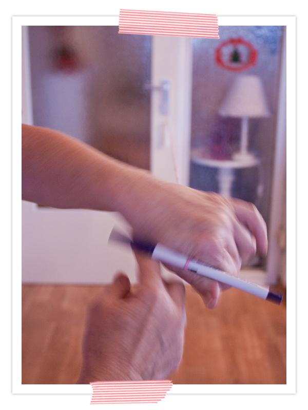 Für das Band ein Hübsches Garn nehmen und zu einer Kordel drehen. Dafür einen langen Faden nehmen und zwischen Dir und einem Türgriff doppelt spannen. Dann einen Stift an das Ende der Schlaufe stecken und eindrehen bis sich die Kordel gut eindreht.