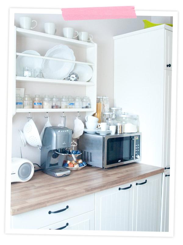 Ich mag unsere Küche so sehr, sie ist mein absoluter Traum. Das einzige was mich stört ist die blöde Mikrowelle. Vielleicht braucht sie mal einen anderen Platz! Mark???
