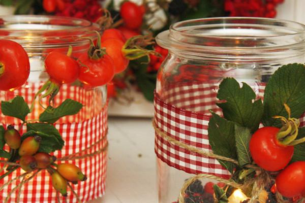 Herbstliebe: Dekoration mit den Schätzen der Natur: Teelichter aus altem Weckglas und ein schöner geflochtener Türkranz