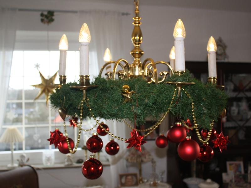 Advent advent ein kronleuchter verkleidet sich for Wohnung dekorieren advent