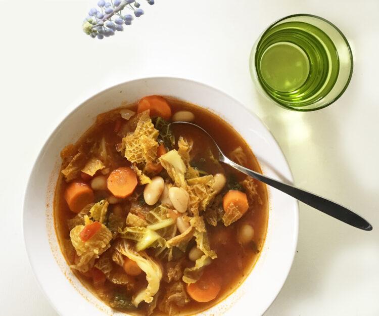 veganer Wirsingeintopf mit weissen Bohnen und Tomaten