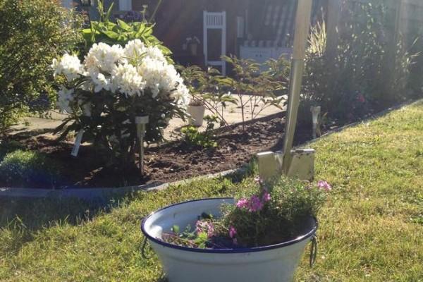 Vor der Arbeit noch schnell ein paar Blumen eingepflanzt.