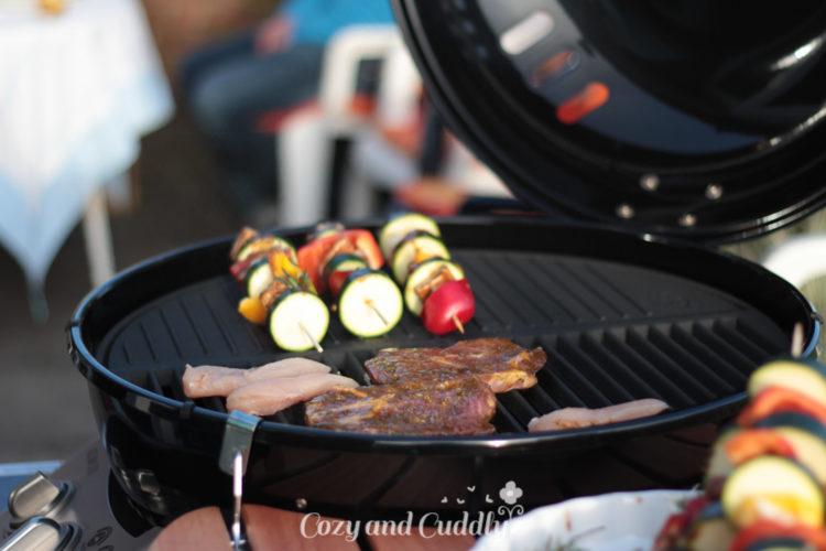 Mit der geteilten Grillplatten kommen sich Fleisch und Gemüse nicht in die Quere ;-)