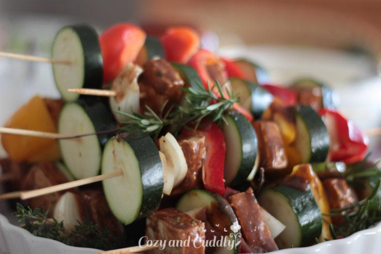 Leckere Spieße mit Gemüse und Tofu