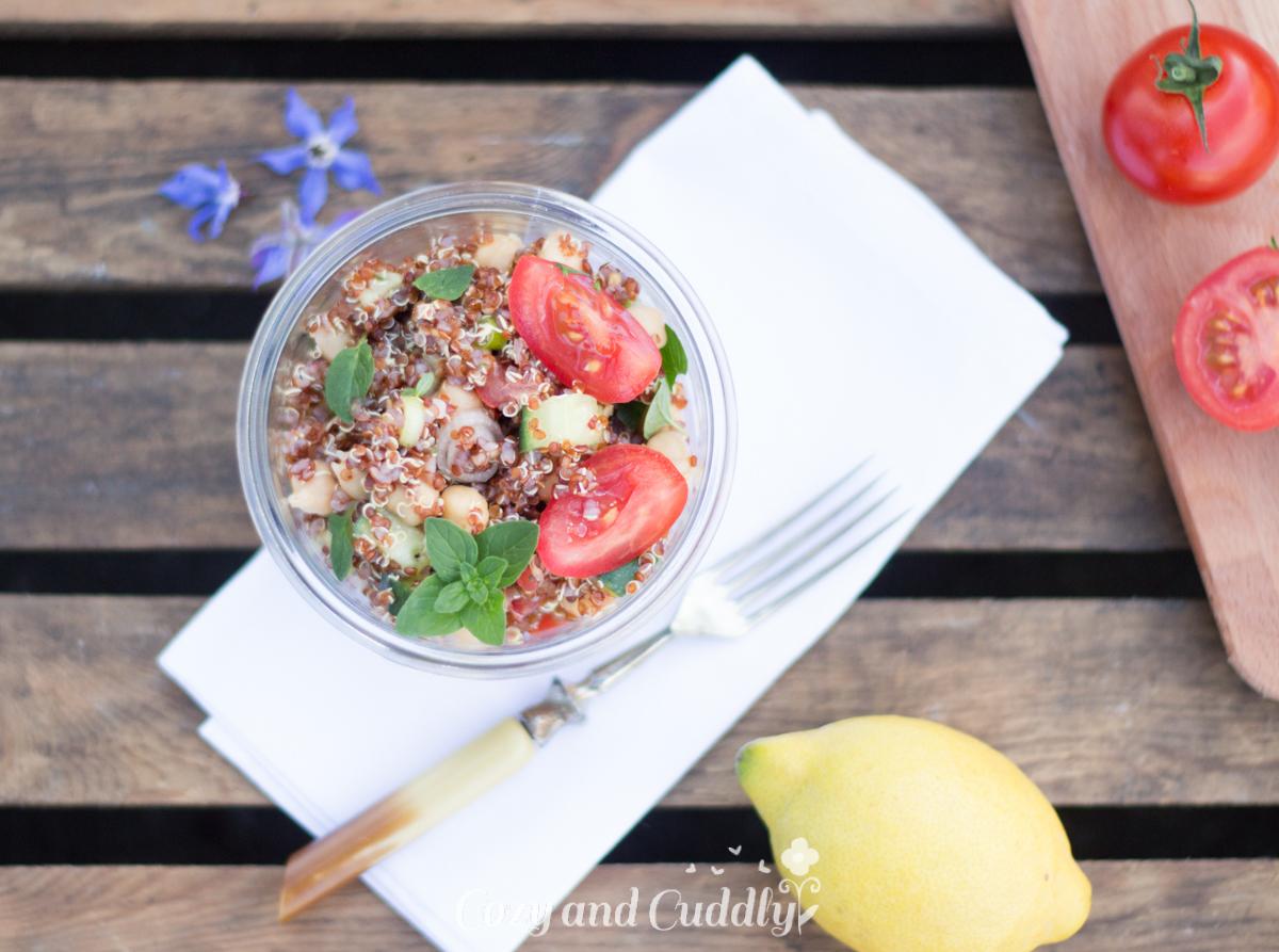 sommerlich frischer quinoa kichererbsen salat vegan f rs b ro oder f r unterwegs cozy and cuddly. Black Bedroom Furniture Sets. Home Design Ideas