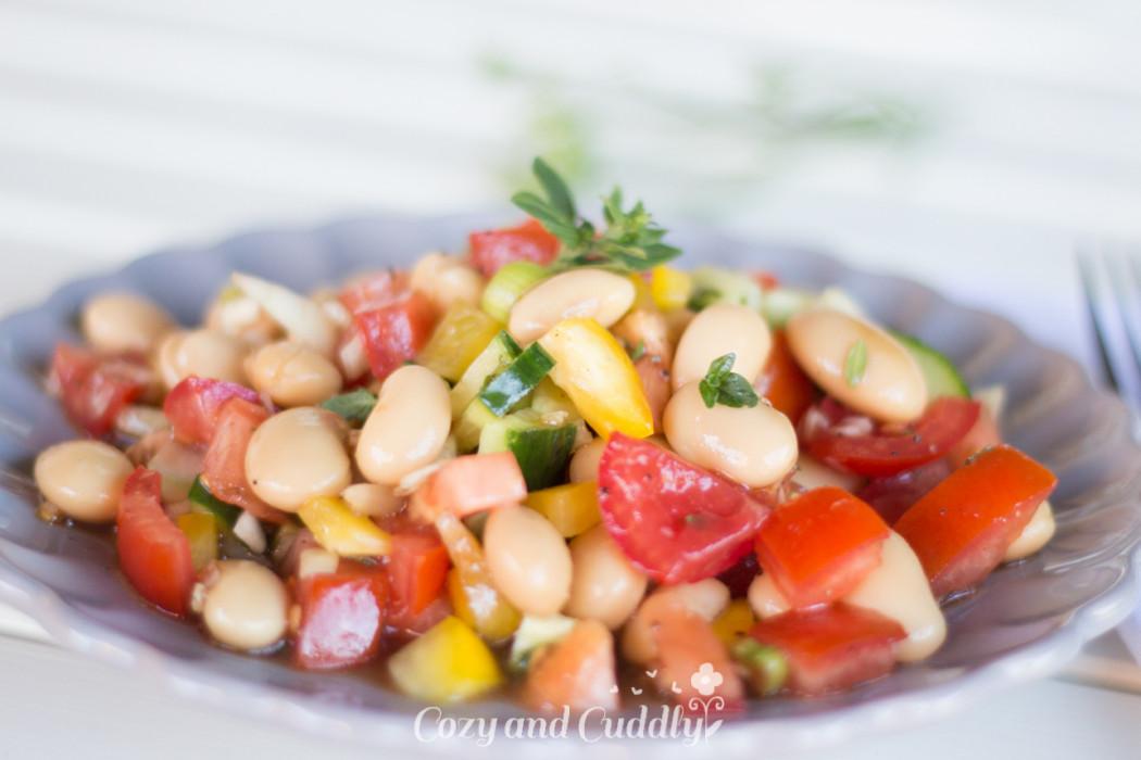 Leckerer schneller und frischer veganer Salat für Zuhause, fürs Büro oder für Unterwegs. Leicht mediterane Note, schmeckt Sommer wie Winter