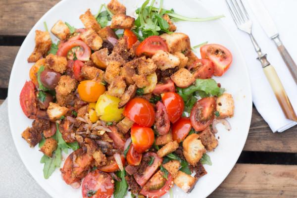 Panzanella – Italienischer Brotsalat mit Sommer-Tomaten