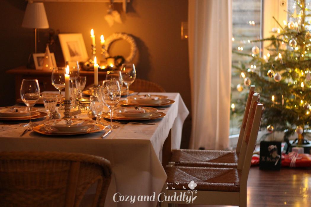 Weihnachtstisch. Festliche Tischdekoration für das Weihnachtsdinner.