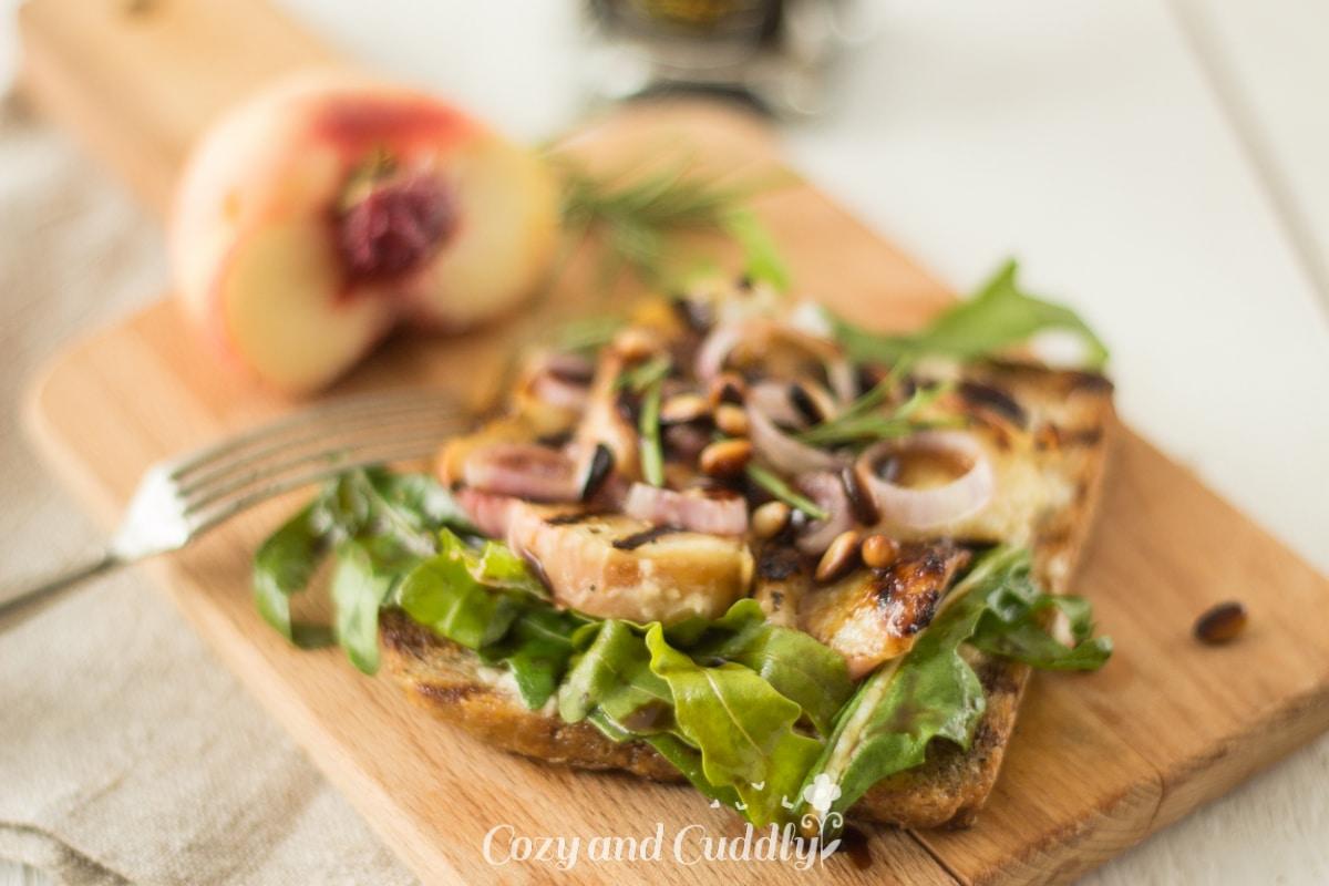 Pfirsich-Balsamico-Toasts mit Cashewfrischkäse und Mazzetti l'Originale (vegan)